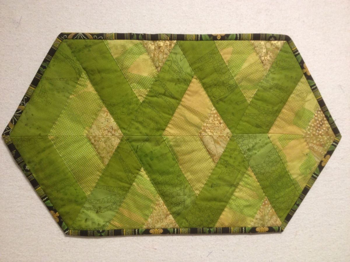 Dækkeserviet af strimler og trekanter.