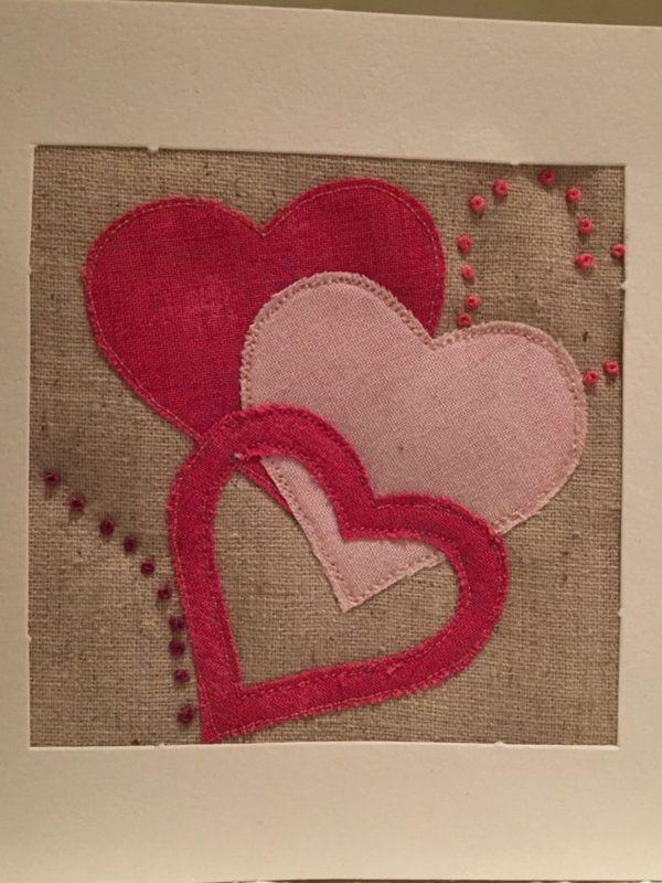 Valentinskort med hjerter som rå applikation og franske knuder.